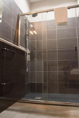 Salle de bain avec douche à l'italienne, toilettes séparées