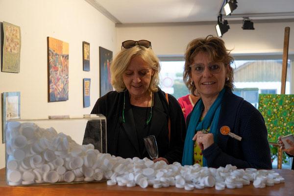 Claudia Groß (rechts) im Gespräch; im Vordergrund: ihre Milchtüten-Deckel-Sammlung