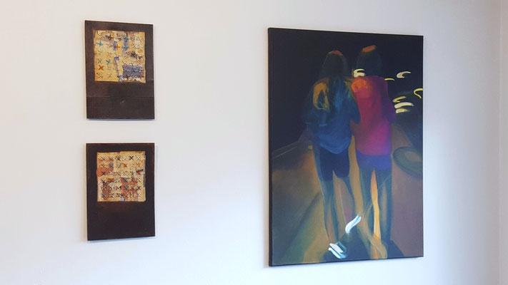 links: 2 x Mischtechnik von Margit Ingenfeld; rechts: Acrylmalerei von Gabi Fordermair
