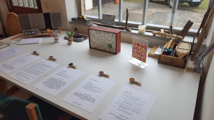 Vita der Teilnehmerinnen sowie Objektkasten und Zeichnung von Claudia Groß
