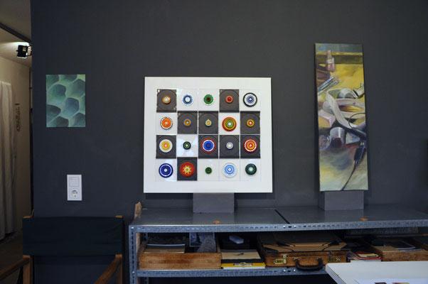 Von links nach rechts: Margit Ingenfeld( Acryl auf Papier); Claudia Groß (Materialcollage);  Claudia Groß (Acryl auf Leinwand)
