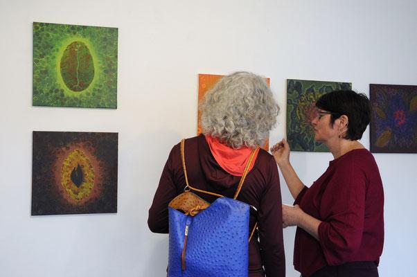 Gabi Fordermair (rechts) im Gespräch; im Hintergrund Bilder von ihr