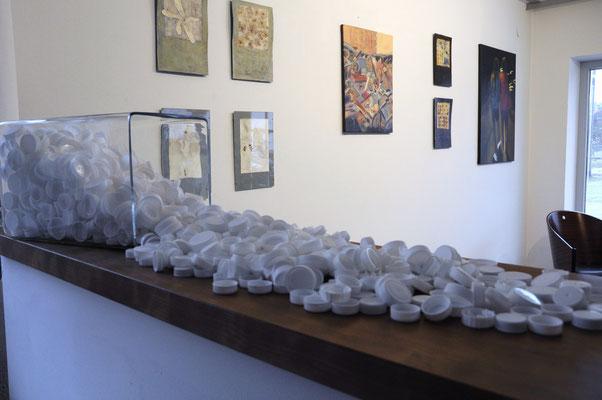 Im Vordergrund: Milchtüten-Deckel-Sammlung von Claudia Groß