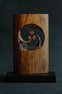 Sturm im Wasserglas, uralter Olivenbaum, Kernholz, 24 ct Blattgold, 14 cm auf Sockel