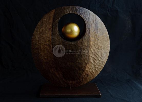 Himmelskörper, Walnussholz, geölt und gewachst mit 24 ct Feingold vergoldet, 38 cm