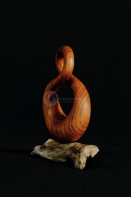 Endlos, Kirschbaum Kernholz geölt, auf Treibholzstück, 14 cm