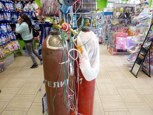 Пост с гелиевыми баллонами для надувания воздушных шаров гелием