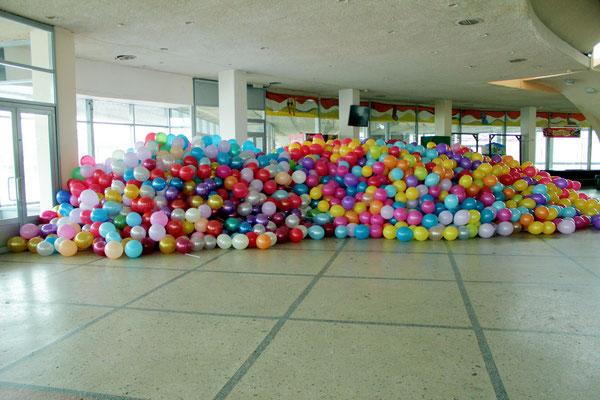 массовое надувание воздушных шаров на палочках