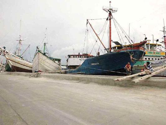 ピニシ船が停泊中の港