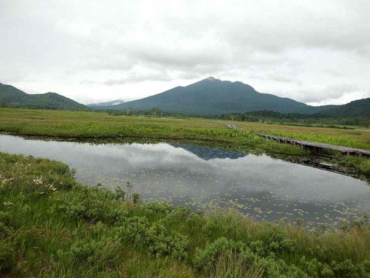 池とうに写る逆さ富士ではなく燧ケ岳