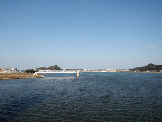ひびき灘サイクリングロード(遠賀宗像自転車道)- 遠賀川橋河口堰から臨む遠賀川河口の景色