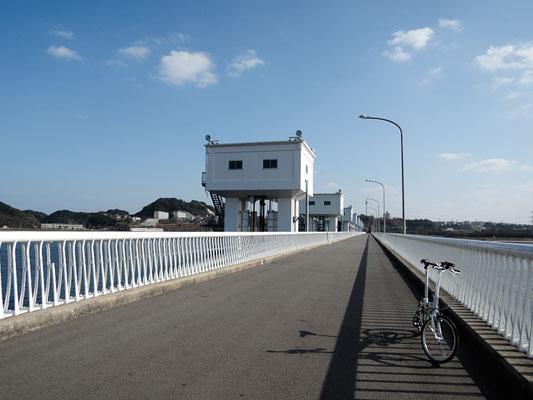 ひびき灘サイクリングロード(遠賀宗像自転車道)- 遠賀川橋河口堰通行風景
