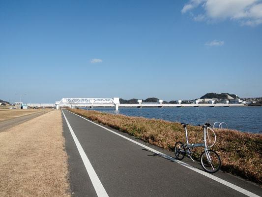 ひびき灘サイクリングロード(一般県道遠賀宗像自転車道線)- 遠賀川の景色