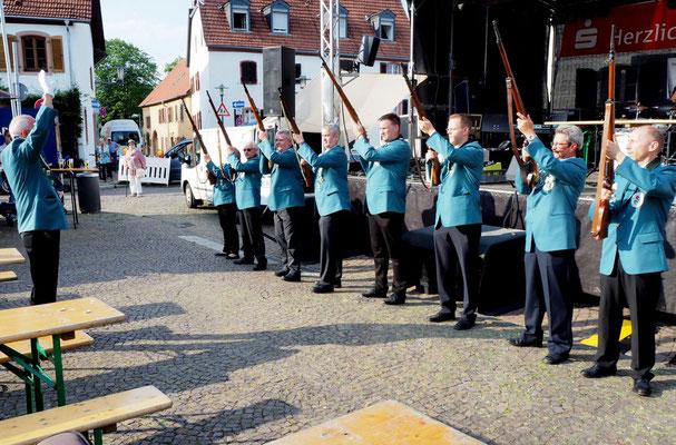 Salutschießen der Daarler Schützen: Nach dem dritten Schuss wusste auch der Letzte: Das Daarler Dorffest ist eröffnet...