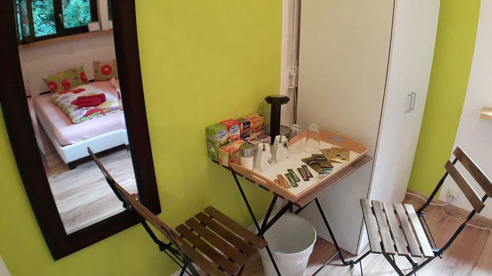 Sitzmöglichkeit mit einem reichen Angebot an Kaffee und Tee