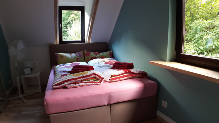 Alle Fensterbretter auf dieser Etage haben wir bereits durch Echtholz ersetzt - passend zum Haus!