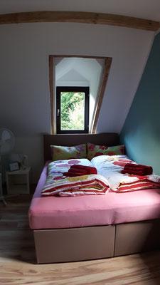 Sie schlafen unter einer kleinen Fensternische mit Giebelchen, das wir durch die Renovierungsarbeiten sichtbar gemacht haben.