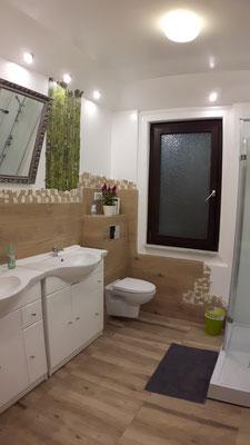 """Gemeinschaftsbad und -WC für die beiden Zimmer """"Pink Wonder"""" und """"Herbstzauber"""""""