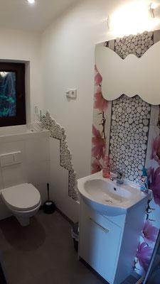eigenes Badezimmer mit WC im Frühlingsdesign