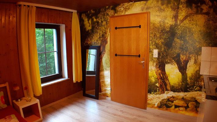 Eingangstür mit Olivenbaumansicht