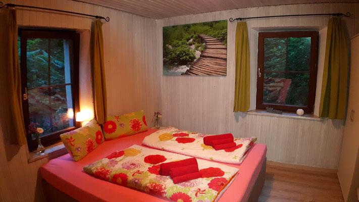 mit einem 1,80 m breiten King-Size-Bett