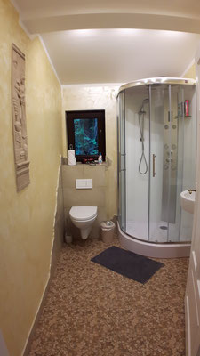 """Gemeinschaftsbad und -WC für die beiden Zimmer """"Al Hambra"""" und """"Kirschblüte"""""""