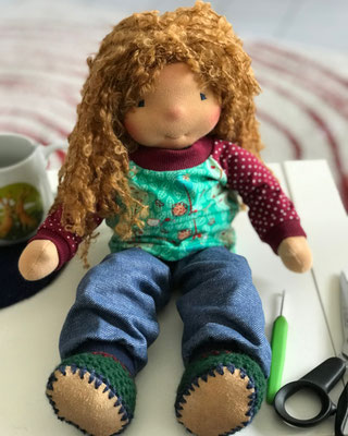 Stoffpuppe angelehnt an Waldorfpuppen mit langen Haaren und bunter Puppenkleidung