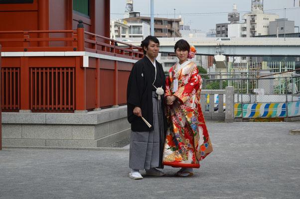 Pareja de recién casados o prometidos haciéndose fotos en Tokio.