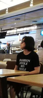 Mujer con camiseta Fashion stole my smile (la moda me robó mi sonrisa)