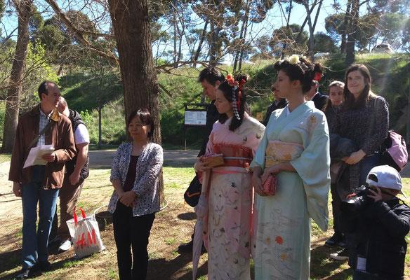 Dos chicas se han vestido con kimono japonés