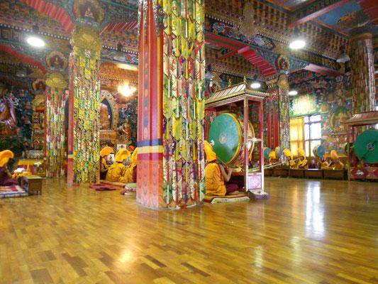 Monjes budistas en un monasterio de Pharping (Nepal)