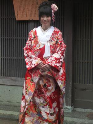 Novia vestida con kimono con dibujos de grullas en Kanazawa.