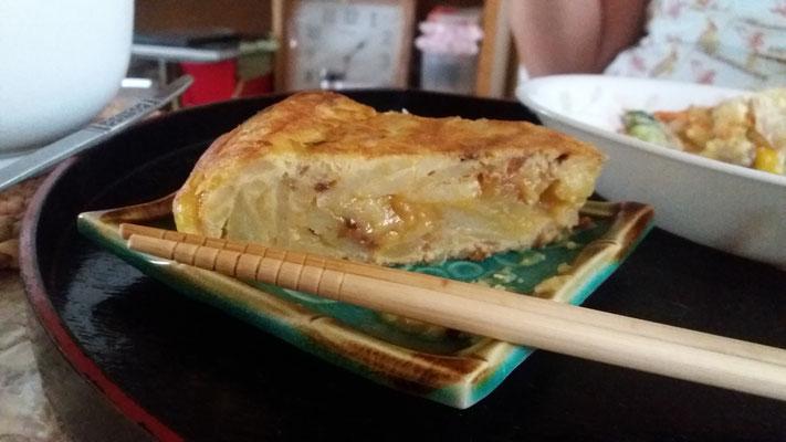 Tortilla de patata con palillos.
