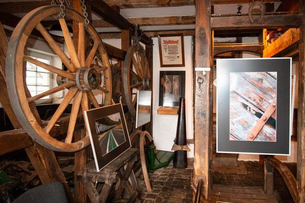 Im Untergeschoss ist Improvisation beim Hängen der Bilder angesagt.