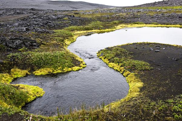 Bach im Hochland von Island