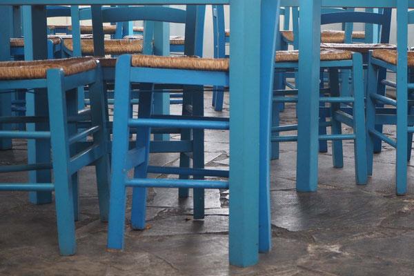 Blaue Stühle