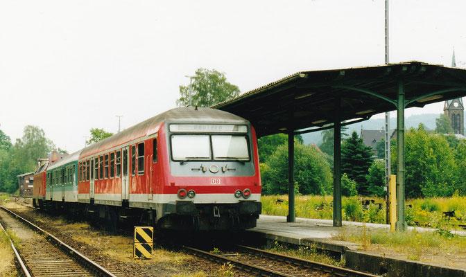 """Regionalbahn mit """"U-Boot"""" und Steuerwagen von Bad Schandau nach Bautzen. Es sind die letzten Lokbespannten Züge im Sebnitztal im Jahre 2001..."""