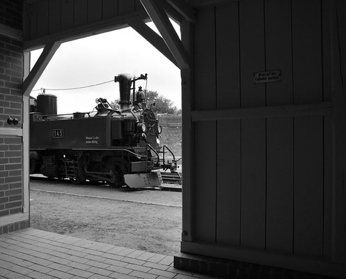 """Aus der Wartehalle in Lohsdorf bot sich dieser ebenfalls historisch anmutende Blick auf die Lokomotive. Fast scheint es, als wäre der """" Bimmelheinrich """" nie weg gewesen. 27.08.2011"""