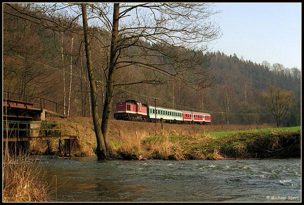 Am 1. April 2001 rollt 202 544 mit ihrer Regionalbahn zwischen Hp.Mittelndorf und Kohlmühle durch das Sebnitztal in Richtung Bad Schandau und quert dabei auch mehrfach den namensgebenden Fluß. Foto: Archiv Michael Sperl