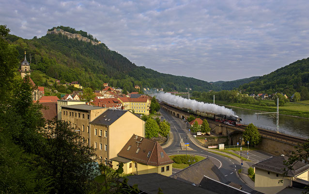 Abschiedsfahrt von 35 1097. Am zeitigen Morgen des 23.05.15 donnert die Lok mit dem 25. Sächsisch-Böhmischen-Freundschaftszug durch das noch menschenleere Königstein. Die Fahrt führte ins tschechische Liberec.