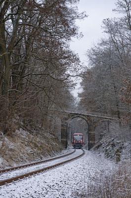 Schnee ist dieses Jahr wie schon fast üblich mal wieder Mangelware. Oberhalb von Schönbach nahe des Ungerwegs reichte es für ein zartes Weiß. Der RS1 ist nach Neustadt unterwegs, 07.12.16