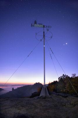 Wetterfahne auf dem Gohrisch mit Sternenhimmel. ISO 1600, 24mm, f/2.8, 21 Sek.