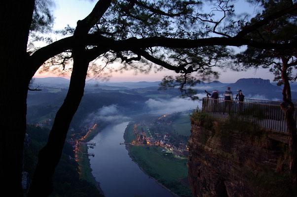 Blaue Stunde an der Bastei, ein paar wenige Fotografen sind auf der Suche nach ihrem Motiv. ISO 200, 18mm, f/6.3, 2,5 Sek.