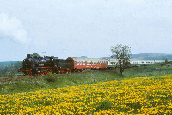 """Sonderfahrt mit dem """" Rollwagen """" ( Baureihe 38 205 ): Aufgenommen bei Langenwolmsdorf (Strecke Pirna-Neustadt/ Sa.) am 24. Mai 1987. Foto: Archiv Uwe Schmidt"""