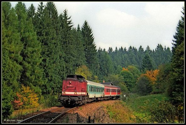 : Die bordeauxrote 202 844 konnte am 8. Oktober 2000 mit ihrer Regionalbahn nach Bad Schandau im Sebnitztal bei Ulbersdorf angetroffen werden. Foto: Archiv Michael Sperl