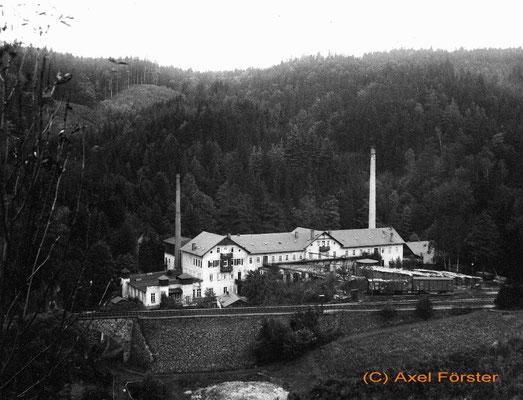 Die Sputhmühle um 1930 - eine Kartonagenfabrik (die erste Bierdeckelproduktion weltweit) etwa 100m oberhalb des Haltepunktes Mittelndorf. Sie hatte einen eigenen Zweiggleisanschluß mit Kopf- und Seitenrampe, ist 1937 abgebrannt. Text & Foto: Axel Förster