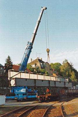 Vorgefertigte Stahlelemente für die Brücke über die Schandauer Straße auf dem Sebnitzer Bahnhof. Verladung auf LKW.