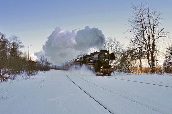 Winterdampf in der tief verschneiten Oberlausitz. 52 8080 ist unterwegs von Löbau über Bautzen & Bischofswerda nach Wilthen. Hier bei Neukirch / Lausitz (West), 04.12.10