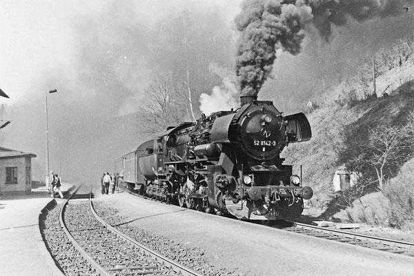 """52 8142 im Planeinsatz mit einem Zug aus """"Genickschusswagen"""" nach Bautzen. Diesen Spitznamen handelten sich die 2 - oder 3-achsigen Wagen dank ihres geringen Fahrkomforts ein..."""