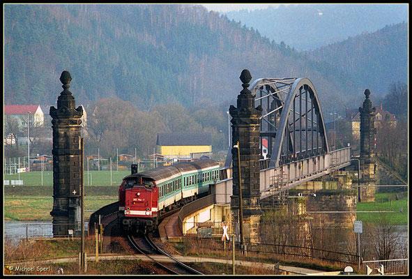 Nach überqueren der Bad Schandauer Carolabrücke hat 202 764 mit ihrer RegionalBahn am 1.April 2001 die Endstation ihrer Reise erreicht, die im Morgengrauen in Bautzen ihren Ausgang nahm. Foto: Archiv Michael Sperl